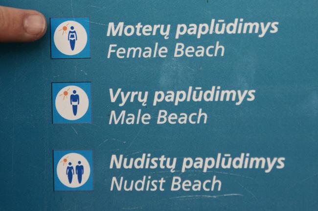 Un curioso cartel en la isla cercana a Klaipeda (Lituania), separando las playas según su público