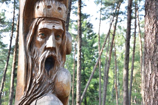 Árbol decorado en la isla junto a Klaipeda (Lituania)