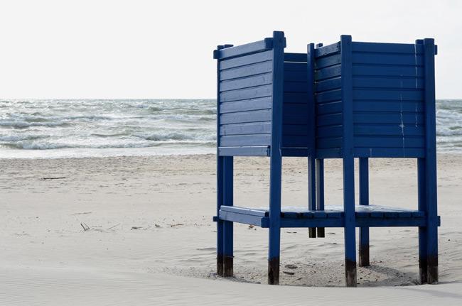 Una cambiador en la playa de la isla cercana a Klaipeda (Lituania)