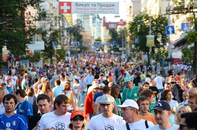 Afición camino al estadio olímpico de Kiev, el día de la final de la Eurocopa 2012 (Ucrania)