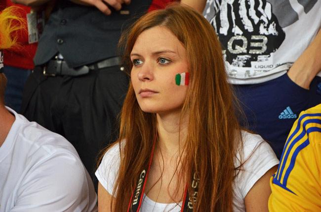 Aficionada italina en estadio olímpico de Kiev el día de la final del Eurocopa 2012 (Ucrania)