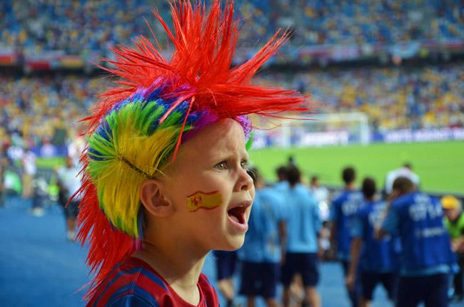 Joven aficionado a la selección española en el estadio Olímpico de Kiev (Ucrania)