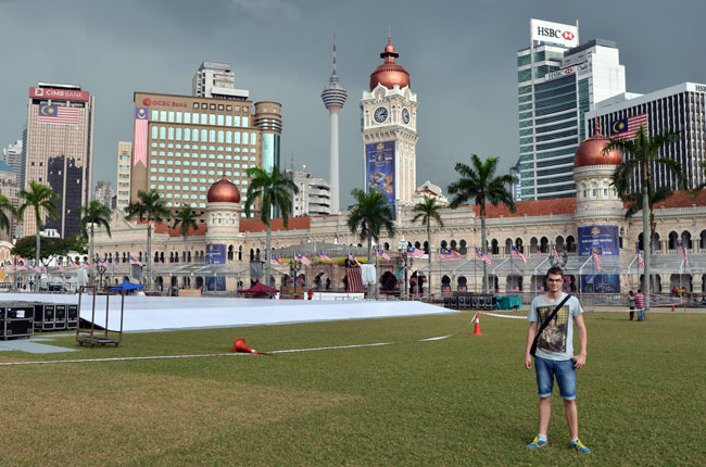 Frente al Sultan Abdul Samad en Dalaran Merdeka (Kuala Lumpur, Malasia)