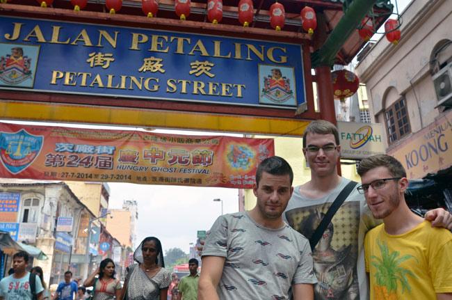 A las puertas de la calle Jalan Petaling, en Kuala Lumpur (Malasia)