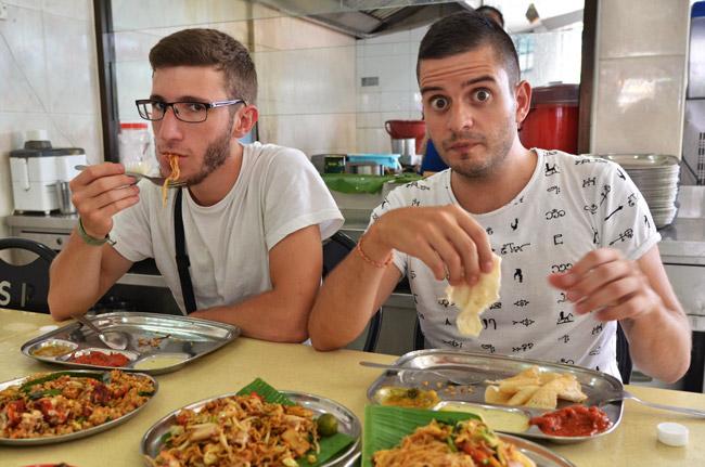 Comiendo en un restaurante indio en el barrio de Little India de Kuala Lumpur (Malasia)