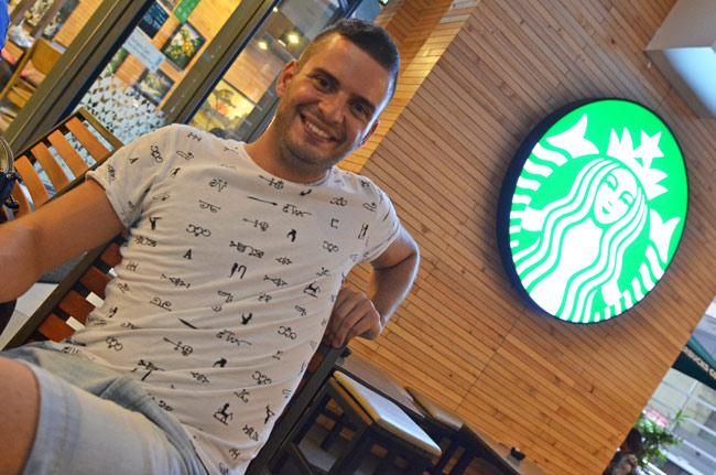 En el Starbucks de la estación de tren KL Sentral (Kuala Lumpur, Malasia)