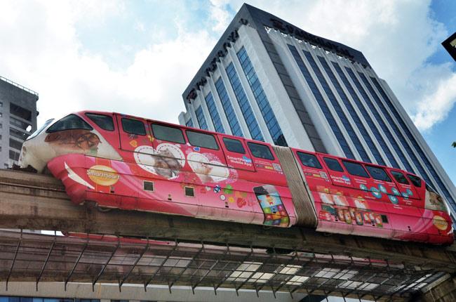 Tren recorriendo Kuala Lumpur (Malasia)