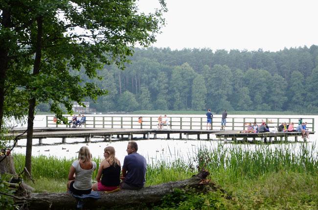 Embarcadero en un lago de Olsztyn (Polonia)
