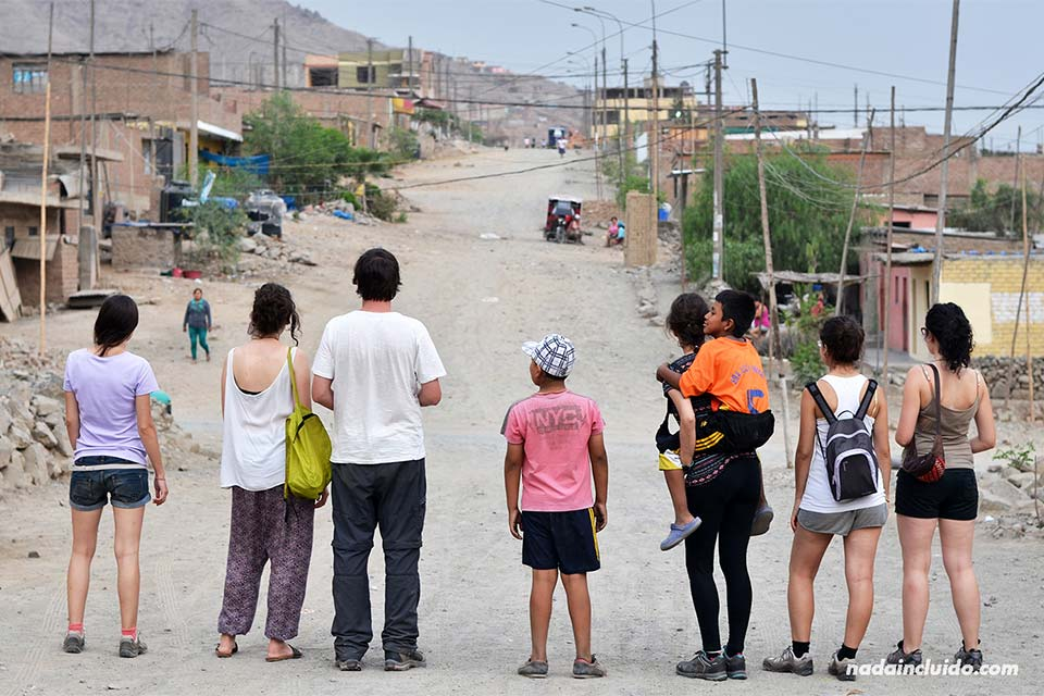 Lima, Jicamarca (voluntarios y niños)