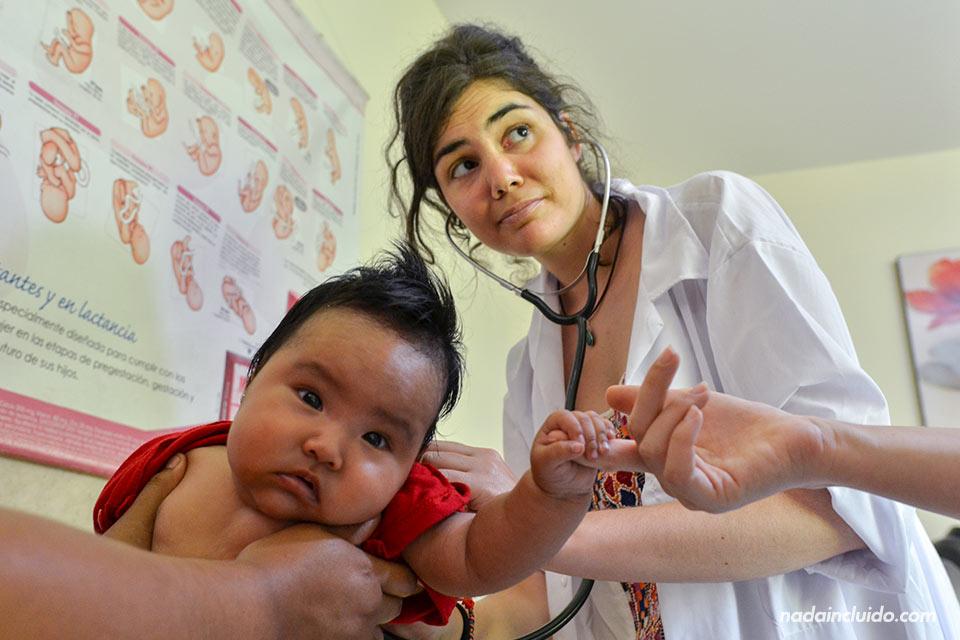 Una doctora española revisa a un bebé peruano en Jicamarca, uno de los barrios más desfavorecidos de Lima (Perú)