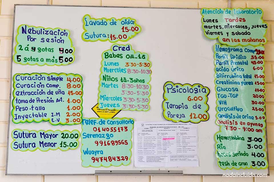Tablón de precios en un consultorio médico de Jicamarca, uno de los barrios más pobres de Lima (Perú)