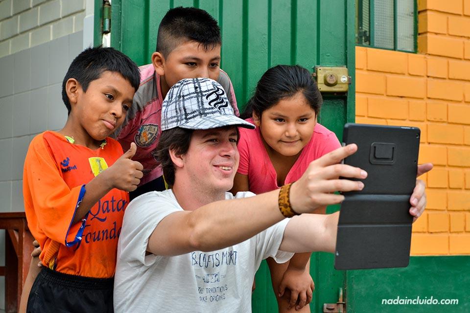 Lima, Jicamarca, niños y voluntario