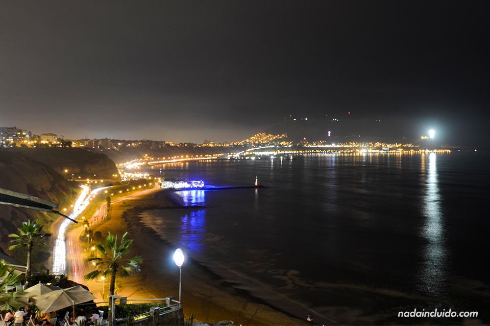 Lima,-Miraflores,-malecón,-noche-(I)