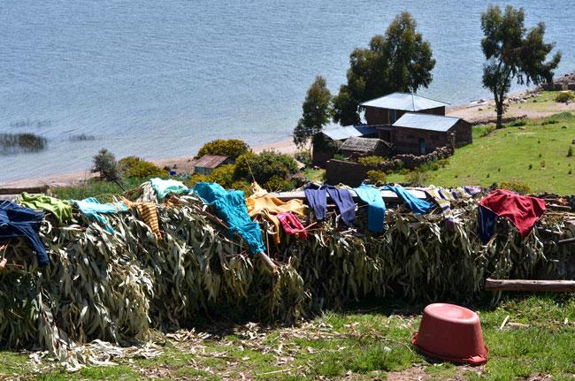 Haciendo la colada en casa de Magno (Llachón, Perú), junto al Lago Titicaca