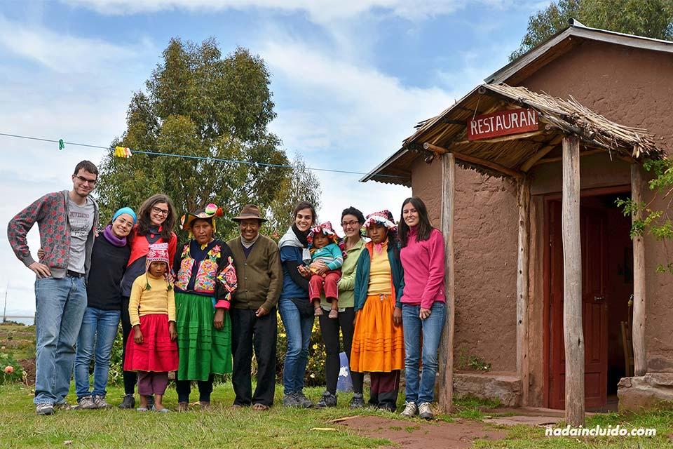 Con la familia de Magno en Llachón (Peru)