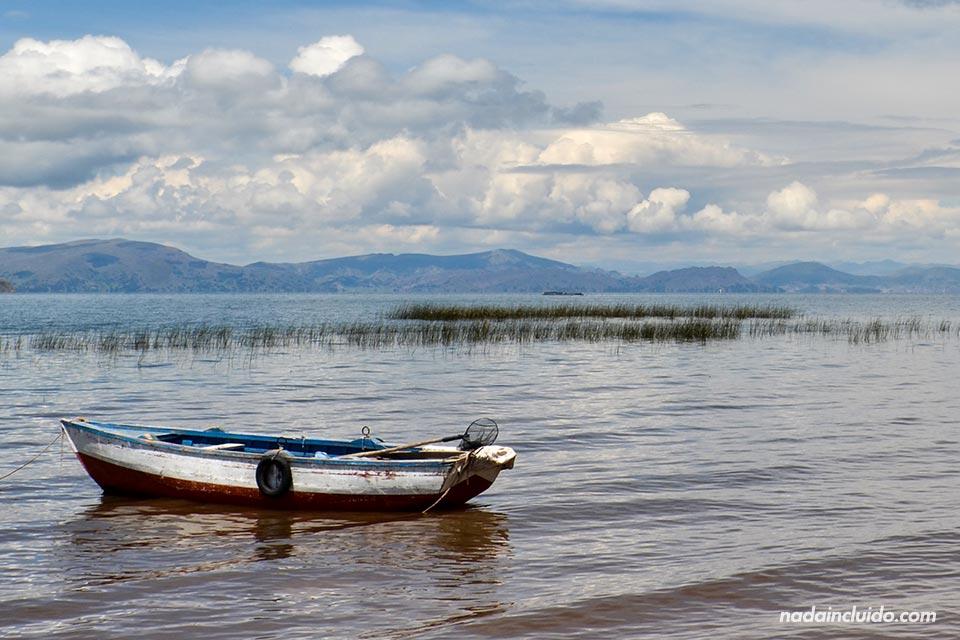 Llachón,-playa,-lago-Titicaca,-barca-(III)