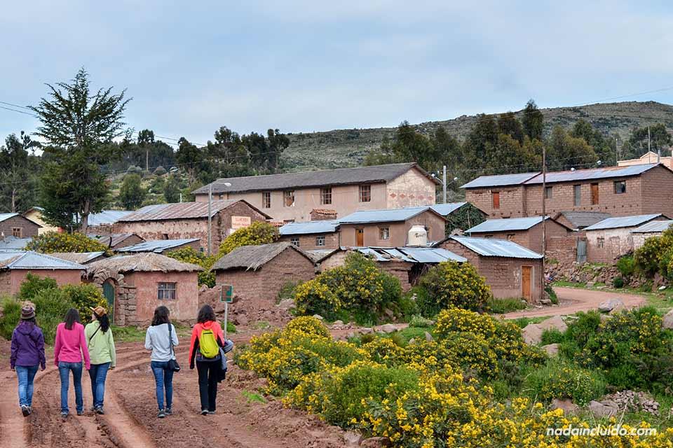Viajeras españolas llegando a Llachón, aldea peruana junto al Lago Titicaca