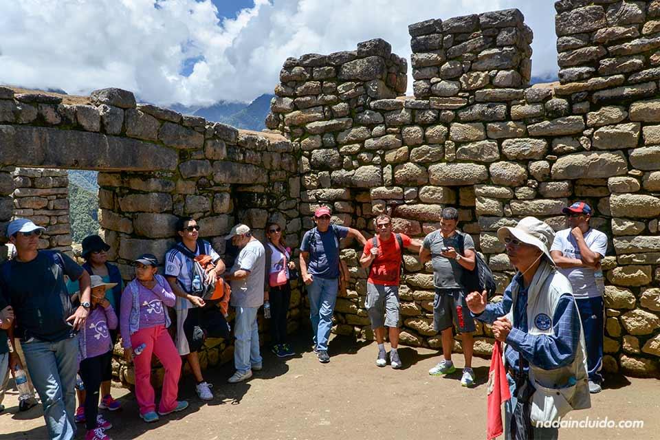 Machu Picchu, casa aldeanos, guía
