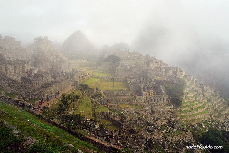 Machu Picchu cubierto de niebla