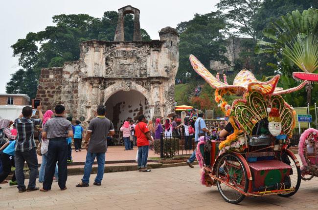 Tuk-tuk a las puertas de la fortaleza A Famosa (Malaca, Malasia)