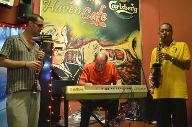 Música en directo en el bar Honky Town, en Malaca (Malasia)