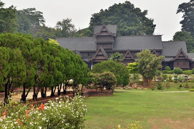 Vista del Istana Kesultanan desde los jardines (Malaca, Malasia)
