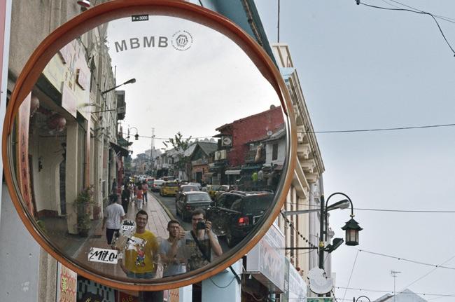 Reflejados en un espejo en la calle Jonker Street (Malaca, Malasia)