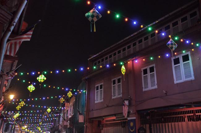 Luces de colores en la noche de Malaca (Malasia)