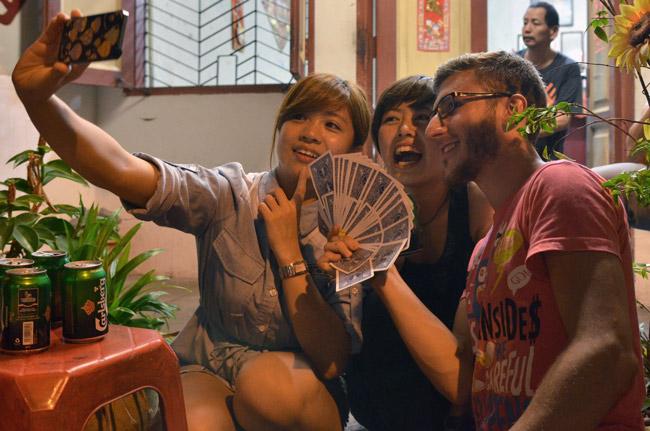 Haciendo trucos de magia a una Japonesa y a una malaya en Malaca (Malasia)
