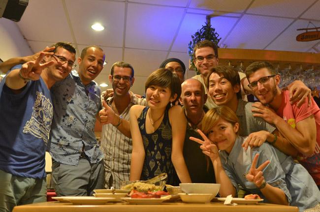 Fiesta internacional en un restaurante indio de Malaca (Malasia)