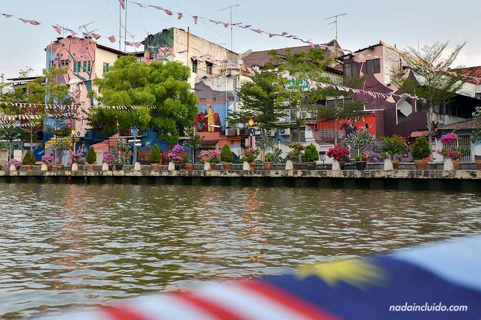 Recorriendo en barco el río de Malaca (Malasia)