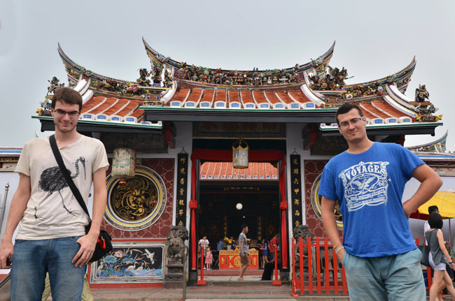 Junto a la fachada del Templo Cheng Hoon (Malaca, Malasia)