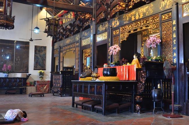 Niña rezando en el Templo Cheng Hoon (Malaca)