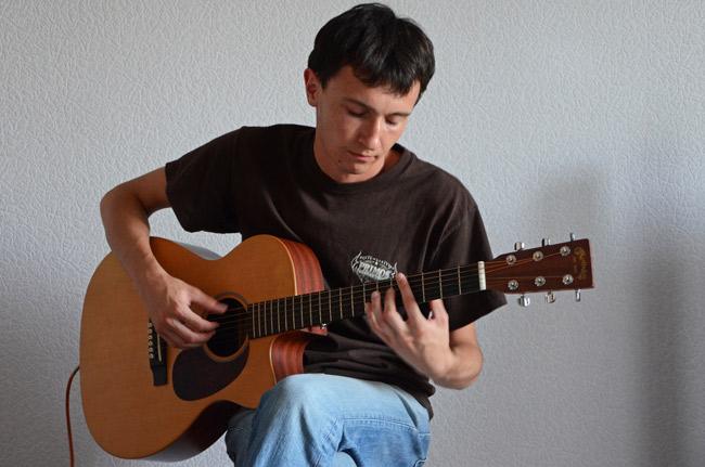Pavel, nuestro couchsurfer en Mariupol, toca la guitarra (Ucrania)