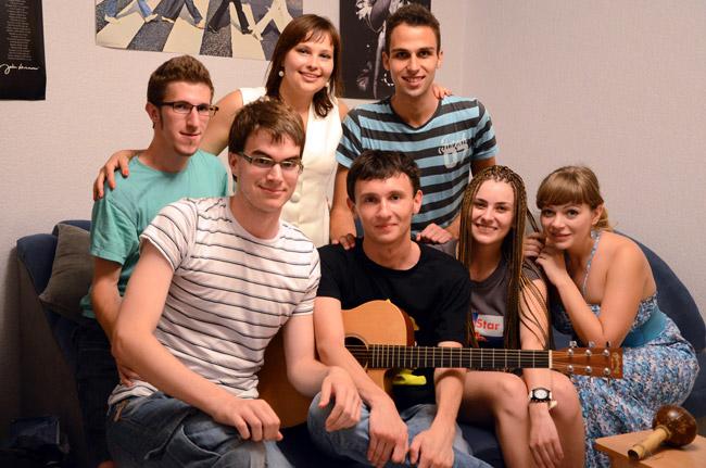 Pavel, sus amigas y nosotros en una spanish party en Mariupol (Ucrania)