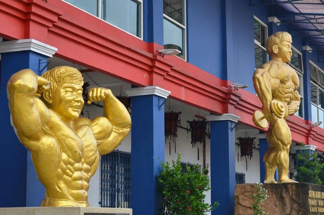 Estatuas a las puertas del Gimnasio Gan Boon Leong (Malaca, Malasia)
