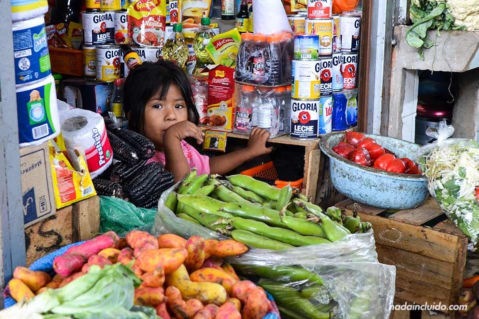 Ica, Mercado-de-las-Palmas,-niña-(I)