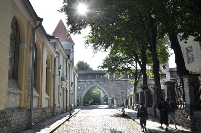 Con la mochila saliendo a través de las murallas que rodean Tallin (Estonia)