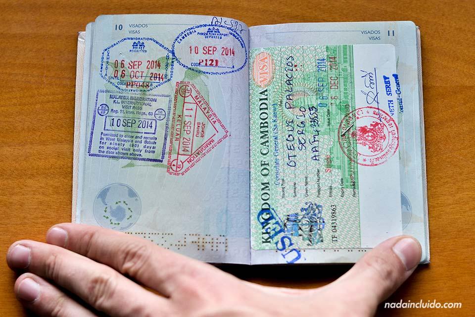 Pasaporte con sellos de entrada de Malasia y Tailandia y Visado para Camboya