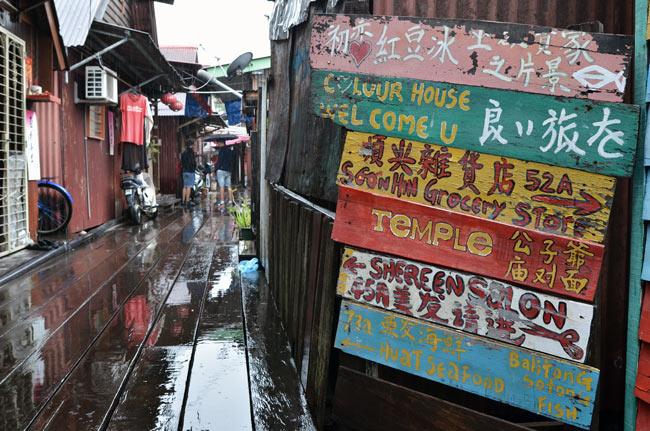 Cartel de direcciones en Clan Jetties, barrio pesquero en Penang (Malasia)