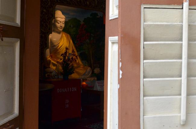 Estatua buda en Dharmikarama Burmese (Penang, Malasia)