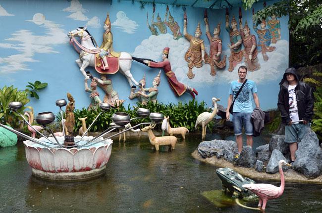 En la fuente de los deseos del  Dharmikarama Burmese Temple (Penang, Malasia)