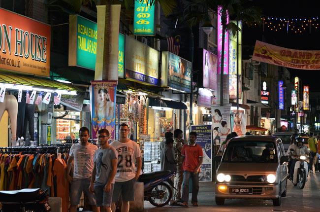 En el barrio Little India por la noche, Georgetown (Penang, Malasia)