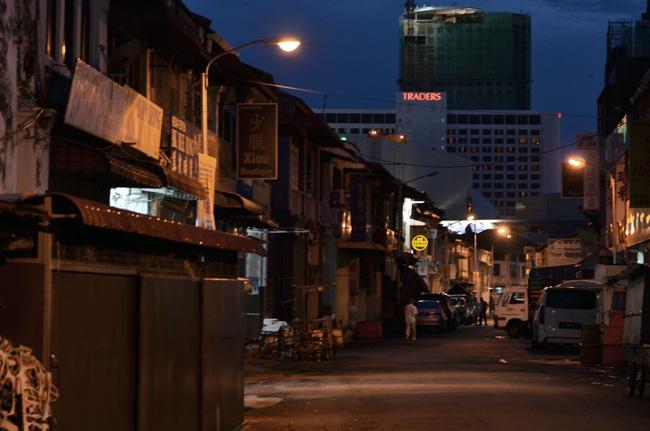 Callejón de Georgetown de noche (Penang, Malasia)