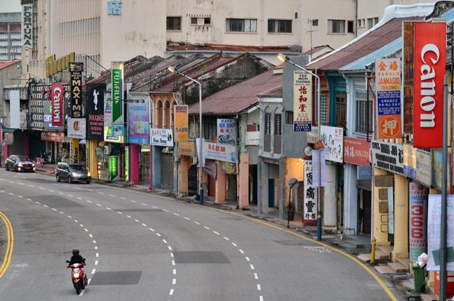 Calle desde puente en Georgetown (Penang, Malasia)