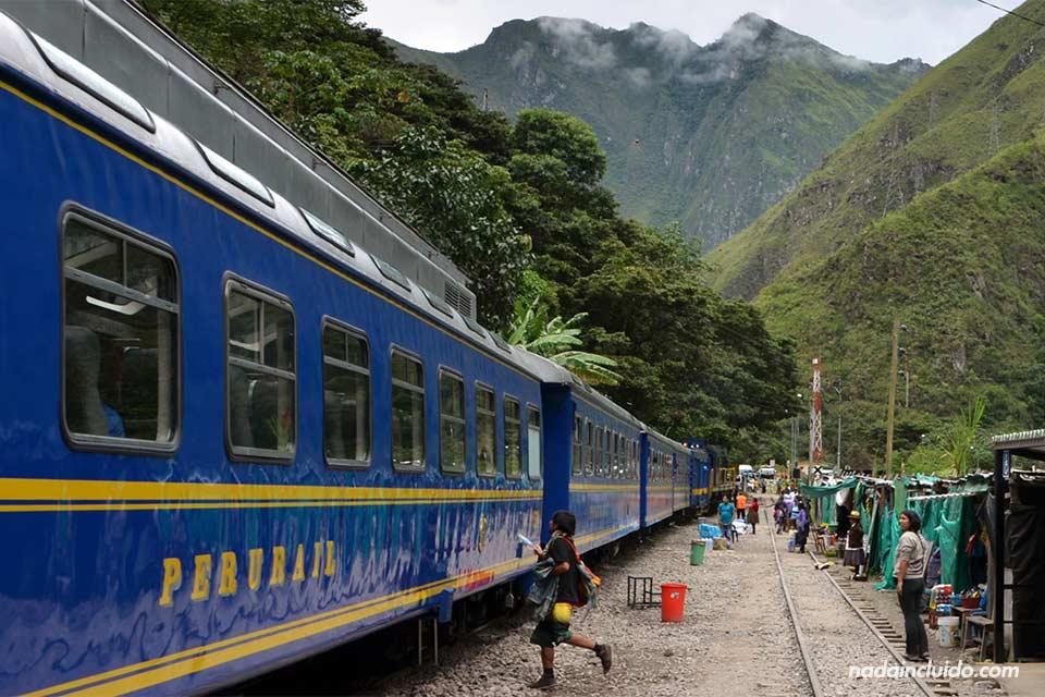 Un tren de Peru Rail espera en la estación hidroeléctrica antes de subir a Machu Picchu (Perú)