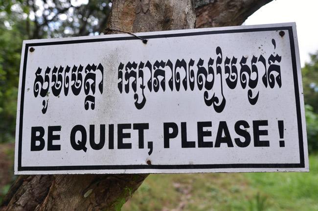 """Cartel de """"Silencio, por favor"""" en los  Killing Fields (Phnom Penh, Camboya)"""
