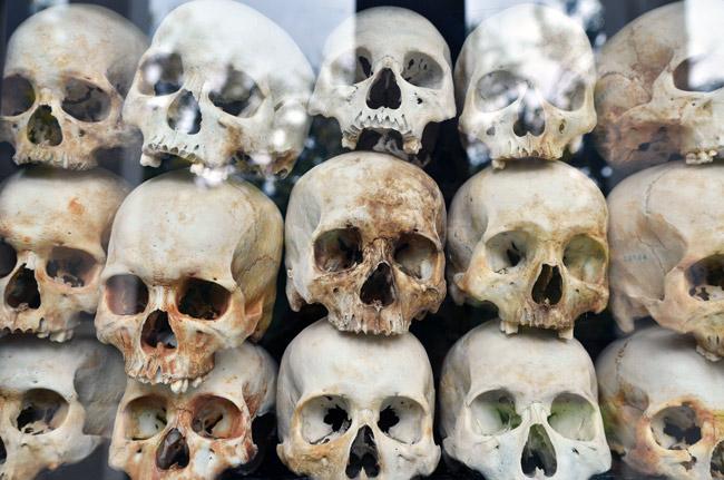 Calaveras humanas apiladas en los Killing Fields (Phnom Penh, Camboya)