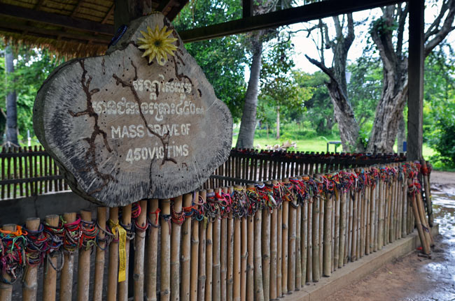 Muestras de solidaridad en una tumba colectiva en los Killing Fields (Phnom Penh, Camboya)