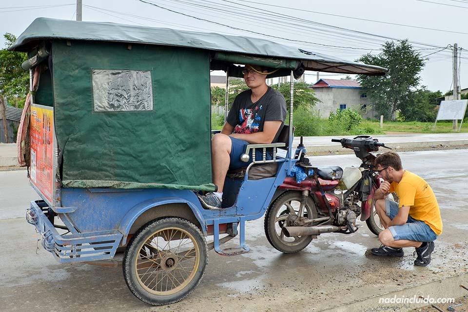 Nuestro Tuk-Tuk en Phnom Penh se quedó sin gasolina (Camboya)